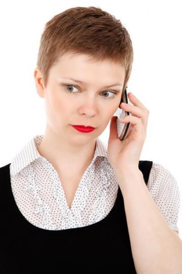 femme-qui-téléphone
